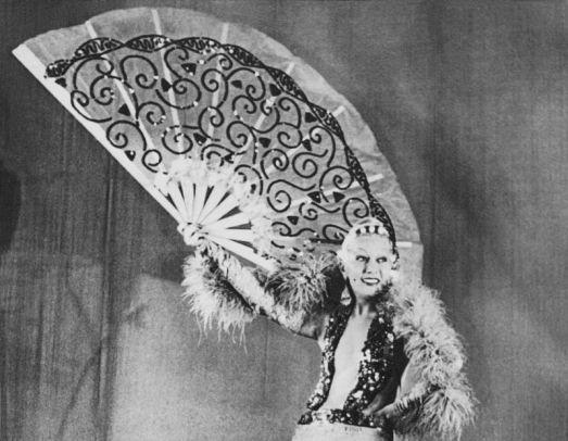 The celebrated italian singer and Diva WANDA OSIRIS ( born Anna Menzio , Roma 1905 - Milano 1994 ) , quen of Teatro di Rivista from 30's to 50's , theater patner of Toto' , Dapporto , Macario and Alberto Sordi - AVANSPETTACOLO - TEATRO LEGGERO - smile - sorriso - gambe - legs - ventaglio - fan - pizzo - lace - piume - feathers - scollatura - decollete' - neckopening - smile - sorriso - CABARET - VAUDEVILLE - bijoux - jewel - jewels - jewellery - gioielli - gioiello - THEATER - DIVA - DIVINA ------- NOT FOR PUBBLICITARY ADVERTISING USE --- NON PER USO PUBBLICITARIO --- NON PER GADGETS USE ----- © Archivio GBB / Agenzia Contrasto