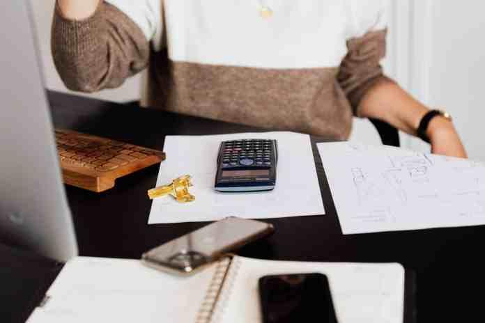 A parcela das famílias que declararam que não terão condições de pagar contas ou dívidas e que permanecerão inadimplentes também aumentou de 10,5% para 10,8% na passagem mensal.