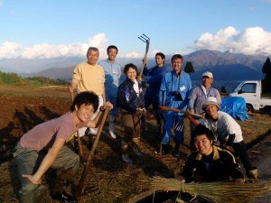 1日目の田おこし作業の後。写真ではわかりにくいですが、みんな泥まみれになりました。終始笑いの絶えない作業となりました。