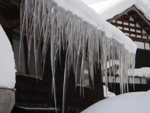 角度が違うのでわかりにくいかもしれませんが、1階の窓までつららの先が伸びています。14日に撮影した角度からは、雪のカベでつららが見えなくなっています。