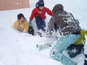 ふわふわの雪の上での、お兄さんたちとの相撲は面白い!