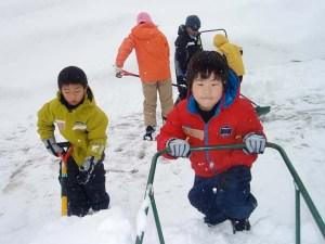 除雪作業にも挑戦しました。みんな真剣です。