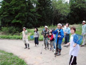 山の方で大きな鳥が2羽飛び交う様子を見守る参加者たち。どうもケンカをしているようでした。大きな鳥は、サシバとトビでした。