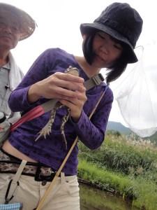 巨大なヒキガエルを握りしめる参加者。