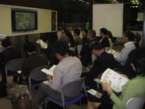 資料を見ながら、20人がトークイベントに参加。