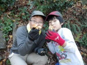 親子でナメコを収穫している様子。