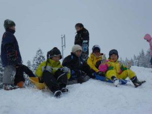 参加者は、地元の子どもたちと一緒になって雪遊びを満喫しました。
