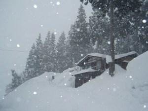 雪が降りしきる中、勤めの休みを見て除雪作業に当たっている人の姿もありました。