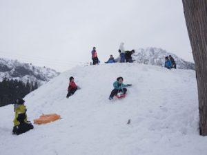 ソリすべりは何回やっても面白い!滑っては登りを何時間も繰り返す子どもたち。