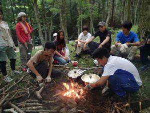 明るいコナラの森をお借りして、野外で料理。