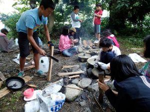 みんなで薪から火を起こして料理しました!