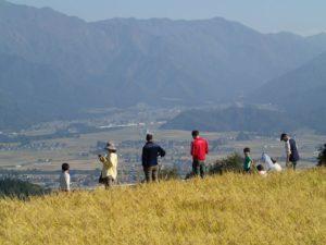 標高2,000m前後の山並みを望む絶景の棚田を歩きました。
