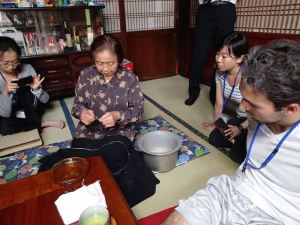 An elder lady presented how to get a jute fiber from dried skin of the plant. The jute clothes were made in the area for more than 1,300 years.