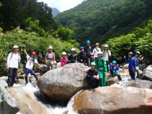 大きな岩を乗り越えて歩いたあと、みんなで集合写真。