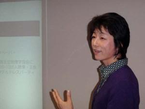 集まった参加者を前に話すエコプラスの高野孝子代表理事