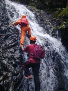 初日の沢登りの途中。秋の気配を感じつつ、鮮烈な水の中を登っていきました