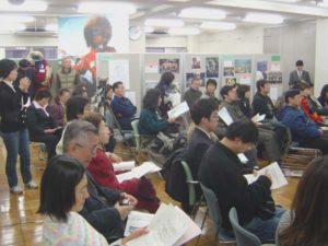 写真展の会場をそのまま会場に使って、講演会が行われた。関東地方には珍しい雪の中、会場は立ち見がでるほどの盛況だった。