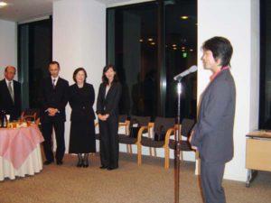 北村さんをしのぶ会で、奥さんの克子さん(奥中央)らご家族を前に話すエコプラスの高野孝子代表理事。