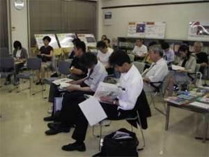 資料を見ながら耳を傾ける参加者。会場は満員になりました。