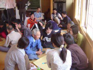 講師の広瀬敏通さんの講演と実際の作業を経た参加者は、限界集落に近づきつつある清水集落の将来をどうすればいいのか、地元のみなさんと一緒になって議論しました。