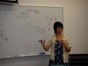 地球市民アワードプログラムの概念を説明する高野孝子