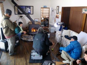 自宅のストーブの前での撮影。龍村監督のインタビューに答える形で撮影が進みます。
