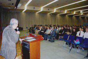 冒頭であいさつする龍村監督。これまでエコプラスの活動を応援し、プログラムに加わってきたなつかしい人々が集まりました。