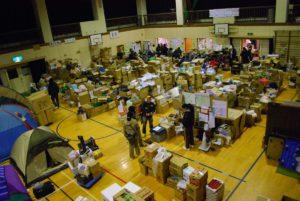 環境教育関係の市民組織が中心になったRQ市民災害ボランティアセンターの現地本部。集積された物資をボランティアが被災地に届けています。