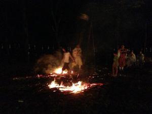 燃えさかった高さ5m近い炎が収まった後、山伏に続いて、地域住民や来訪者も火を渡ります。