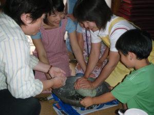 「あんぼ」の生地をこねています。材料の米粉もヨモギも中の具も集落内のものを使いました。