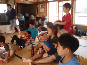 オリエンテーションの様子。 はじめは緊張ぎみの子もいましたが、あっという間に打ち解けてグループリーダーのお兄さんたちに飛びついていました。