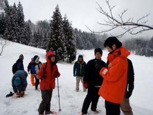 カンジキウォーク。かんじきを履いて3メートルほど積もった雪の上を歩きながら、栃窪の自然を満喫しました。