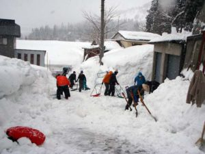 雪掘り道場。掘った雪のやり場がなく、遠くまで雪を置きに行かねばならず、参加者はスノーダンプをバケツリレーのようにして受け渡ししていました。