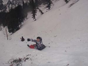 落差数十メートルを一気に下り降りる「豪快尻すべり」。今年は雪質がすべりやすく、高速尻すべりになりました。