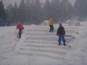 雪は、スコップだけでいろんなものを作り出せます。立派な階段のステージが登場。スタッフは、ムーミンのような雪像を作り上げました。