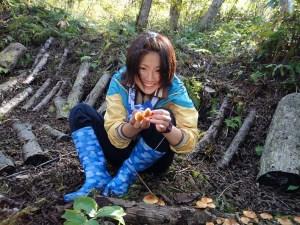 自分で収穫したナメコを手に満面の笑みの参加者。