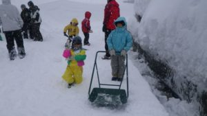 民家の駐車場に積もった雪を掘る手伝いも。