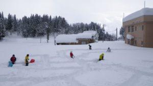 栃窪小学校のグラウンドに雪で、巨大な迷路を作りました。