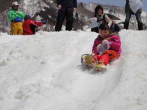 斜度が45度以上ある30-40メートル程の斜面を何度も滑り降りて遊びました
