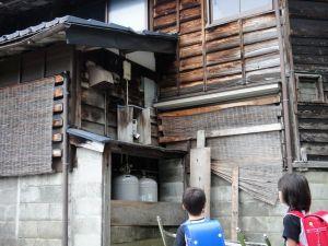 家の脇に鳥の巣ができていることを、この家の子どもたちが教えてくれました。巣は、ガスメーターの箱を上手く使い小枝を集めて作られていました。