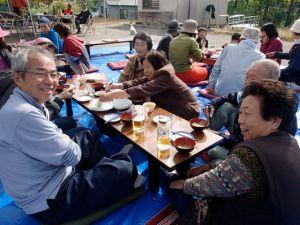 晴れ上がってぼかぼかした陽気の中、村人と一緒になって新米でのモチや野菜たっぷりのけんちん汁などで収穫を祝いました。