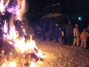 さいの神で火を囲んで。幻想的な雰囲気でした。