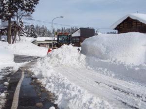 除雪車が雪を道路脇へと押しやるので雪の壁も所により高くなります。