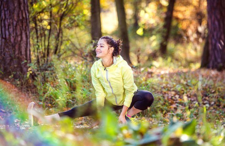 Mujer hace ejercicio en la naturaleza