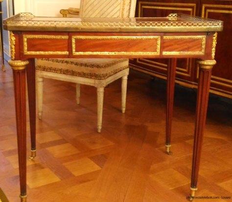 table à écrire Riesener Louis- XVI Louvre ecoutelebois