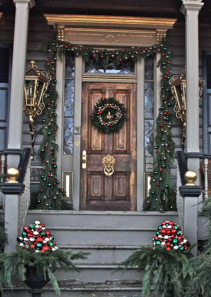38 amazing christmas porch decor ideas. Black Bedroom Furniture Sets. Home Design Ideas
