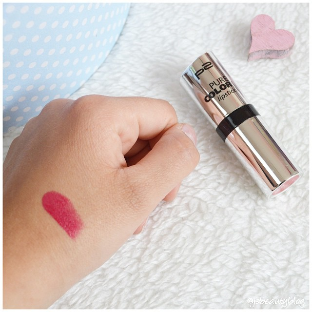 The Pure-Color Lipstick in the color Baker Street is a real Hingucker! It is a pink red, very bright color.