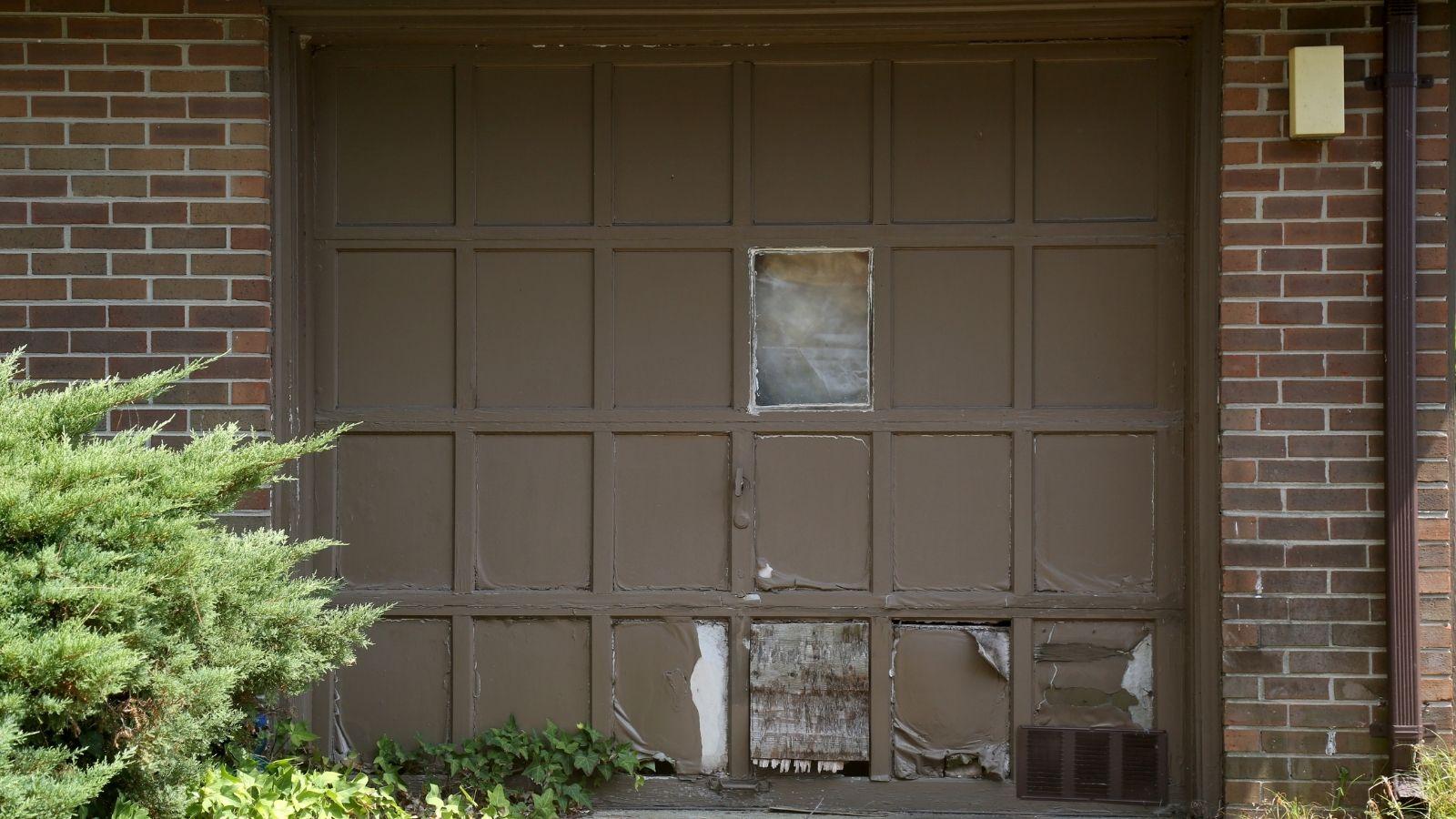 7 Creative Garage Door Makeovers Ideas on Garage Door Paint Ideas  id=92197