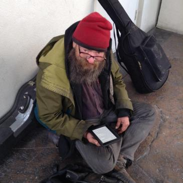 Przechodzień podarował czytnik bezdomnemu, który ciągle czytał tę samą książkę