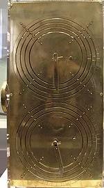 Reconstrucción del mecanismo de Anticitera en el Museo Arqueológico Nacional de Atenas (fabricado por Robert J. Deroski basándose en el modelo de Derek J. de Solla Price.